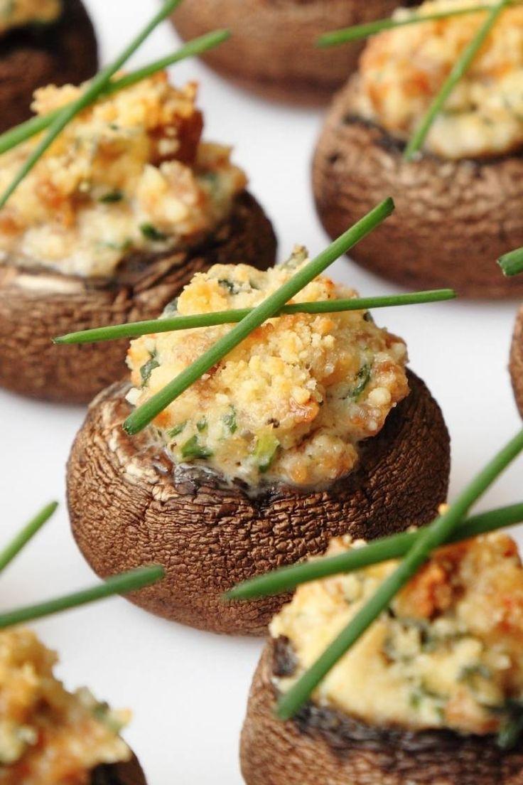 warm servierte  mit Käse gefüllte Champignons