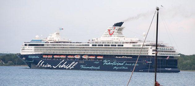 Die Mein Schiff 1 von TUI legt am Ostseekai in Kiel an. Passagiere, die eine Kreuzfahrt mit dem Vorzeigeschiff gebucht haben, können sich günstige Parkplätze direkt am Ostseekai sichern.