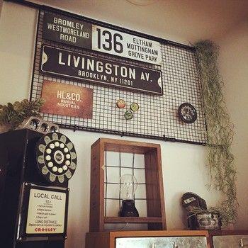 BBQ用の網と突っ張り棒を、マット黒の缶スプレーでペイントして作った飾り棚。ストリートサインやスパニッシュモスを飾り、アメリカンヴィンテージ風なインテリアに!