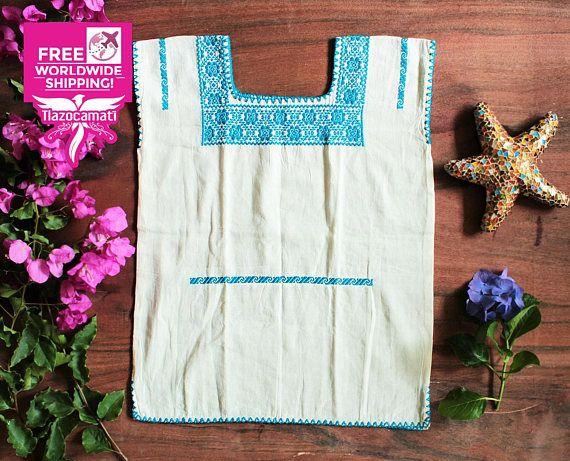Hermosa blusa Mexicana super fresca, llamada HUIPIL Blusa artesanal única en el mundo. El bordado es de muchas rosas en color azul cielo confeccionada y bordada completamente a mano. Excelente para días soleados. Materiales: Manta: Color Beige Hilo: Estambre Azul cielo Medidas: Sisa: 51 cm. (20 pulgadas) Alto: 67 cm. (26.4 pulgadas) TALLA: M (Medium). ---- Se recomienda lavar en seco por separado, ó lavar a mano, por separado, con agua fría y jabón neutro. Para lavar esta prenda, no u...