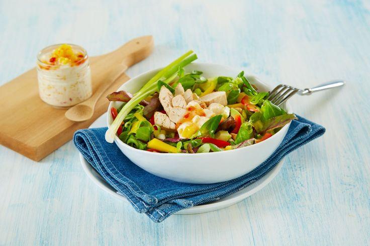 Oppskrift på kyllingsalat og en frisk mangosalsa med kesam og sweet chilisaus.
