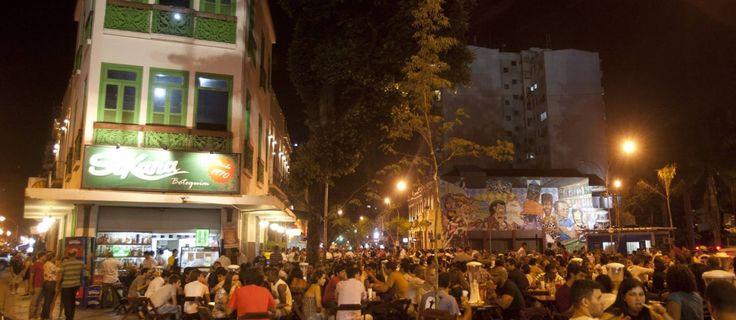 Lapa in Rio de Janeiro. Mesas do SoKana, no início da rua Mem de Sá Foto: Rafael Andrade / O Globo