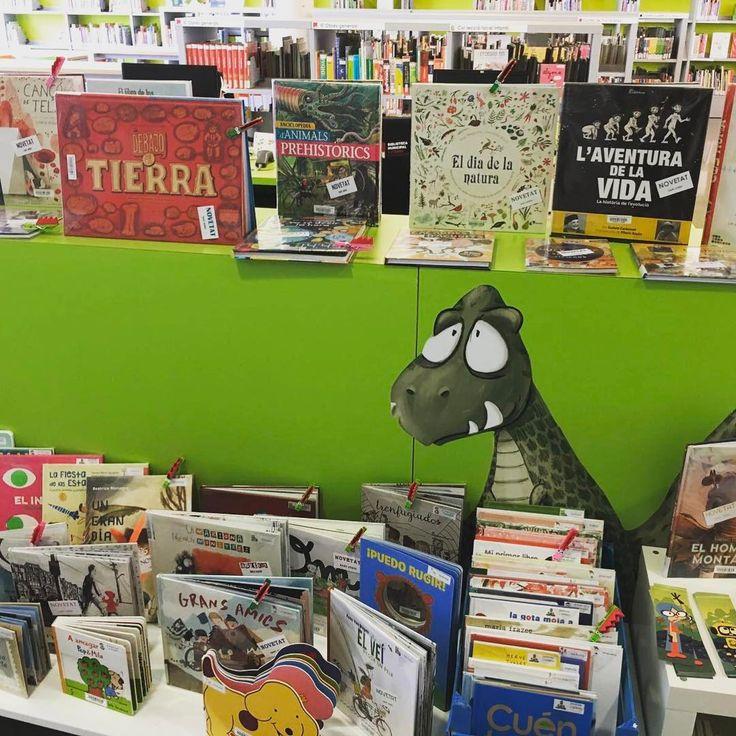 La revetlla ha començat i ja hi ha un munt de novetats esperant que les agafis en prèstec! #lectura #libros #infantil #niños #dinosaurios