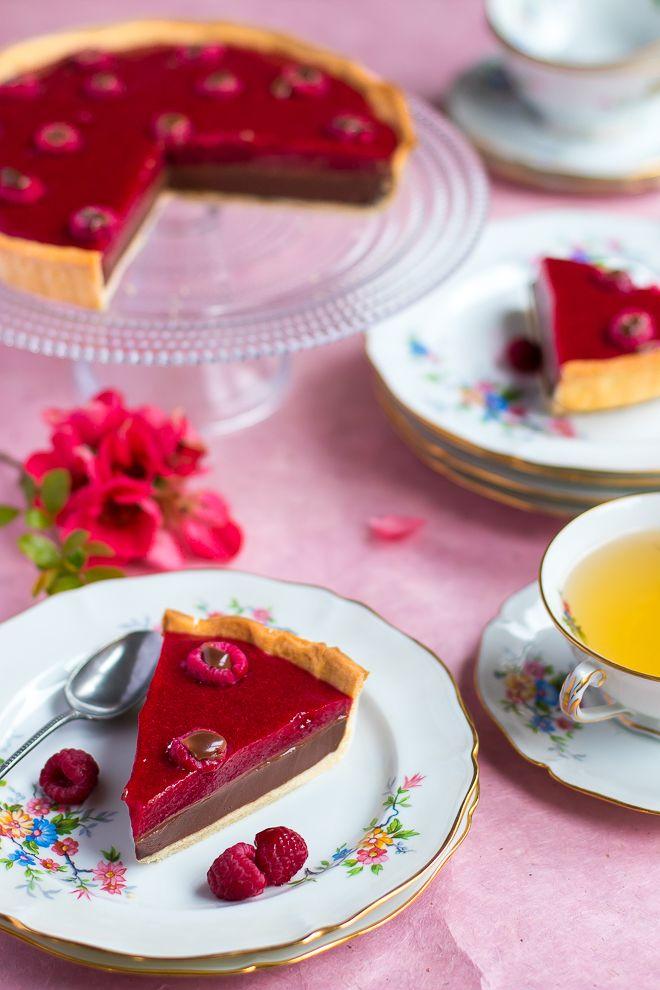Surprenez vos proches avec cette tarte chocolat et framboises. Le mariage idéal de la gourmandise et de l'acidulé pour un dessert délicieux.