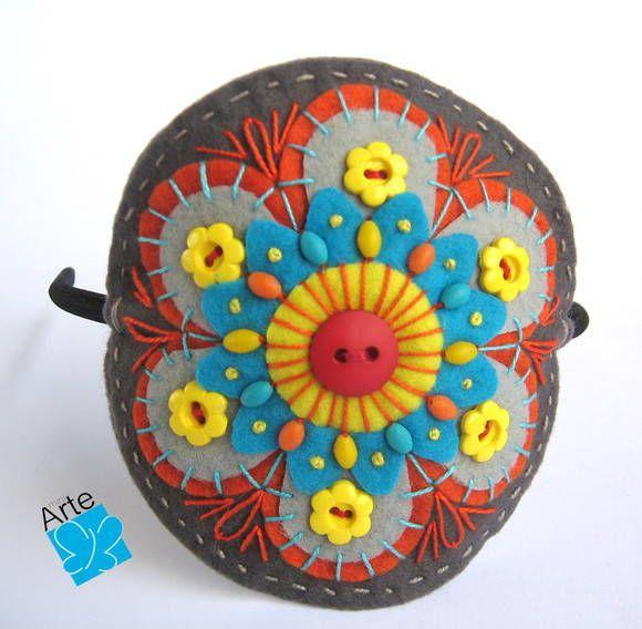 Tiara com mandala em feltro, bordada e com aplicação de botões e contas. Diâmetro: 10 cm. Também pode ser montada como FIVELA . www.miniarte.net