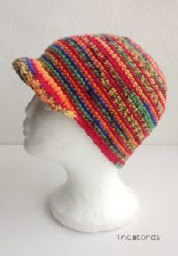 Gorra con visera multicolor  Una gorra con visera a crochet con colores variados y alegres.
