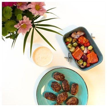 Cevapcici med ugnsrostade grönsaker och en kall ajvar & vitlökssås. Recept - - Stek biffar till stekyta. In i ugn 200* 15-20 min.  Sås: blanda allt, smaka av med salt och peppar.  Till serverades ugnsrostade grönsaker- Paprika, rödlök, baby tomater, brysselkål. På med olja, salt och peppar. i ugn ca 35min 200*