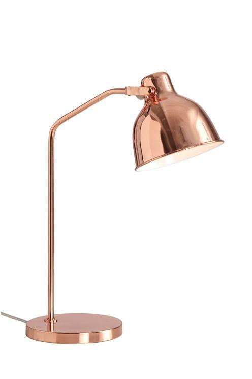 Bordslampa i koppar med riktbar skärm. Sladd (2 m) med brytare. Höjd ca 50 cm. Ø skärm ca 16 cm. E27.  I det stora köksfönstret...