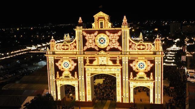 Momento del encendido del recinto Ferial 2012. 300.000 bombillas encendidas a las 0:00 horas