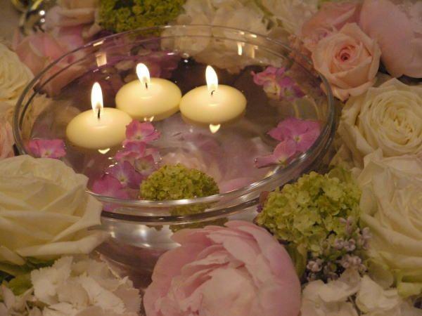 ホテルニューオータニ様へお届けした装花。 ゲストテーブルの花は、 水に浮かせたキャンドルを取り囲むように。 というリクエストで。 ...