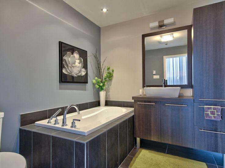 Salle de bain moderne avec grande douche en céramique ...