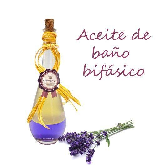 Hoy os presentamos una receta para hacer aceite bifásico de baño, con aroma a lavanda y de un bonito color malva.