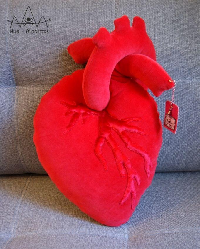 """Сердце """"настоящее"""" для тех, кому приелись обычные сердечки-попки. Анатомическое сердце имеет больше трубочек, однако я решила не перегружать изделие, а сделать акцент на удобстве эксплуатации. Отличный подарок для медиков! Сердце сшито из велюра, декорировано """"венкой"""" из бархата цветом в тон сердцу."""