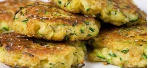 0 Burger vegetali al rosmarino. – due zucchine – una patata – farina di ceci q.b. – sale e pepe – rosmarino, timo – carota, cipolla e curcuma (facoltativo)