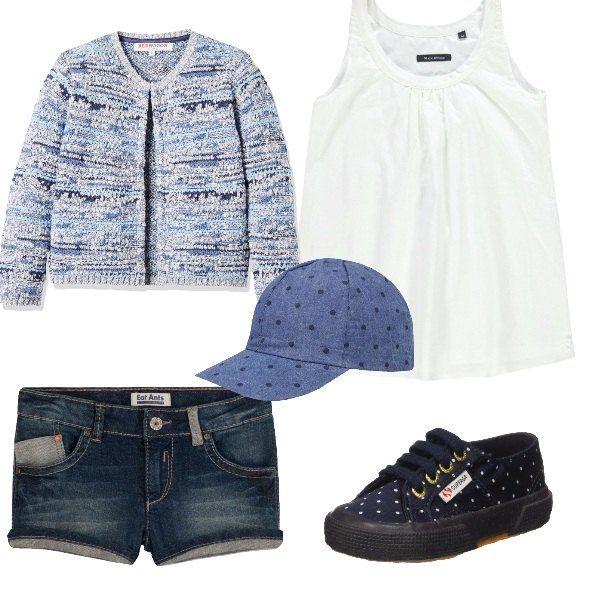 Outfit da giorno, composto da cardigan in cotone blu e celeste con scollo tondo, t-shirt bianca senza maniche e pantaloncini di jeans blu, il tutto è completato ad un cappellino di jeans con visiera con fantasia a pois e sneakers basse blu con pois bianchi.