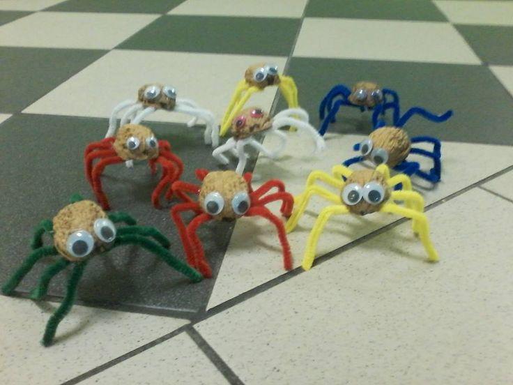 Pavouci ze skořápky ořechu a mechového drátku
