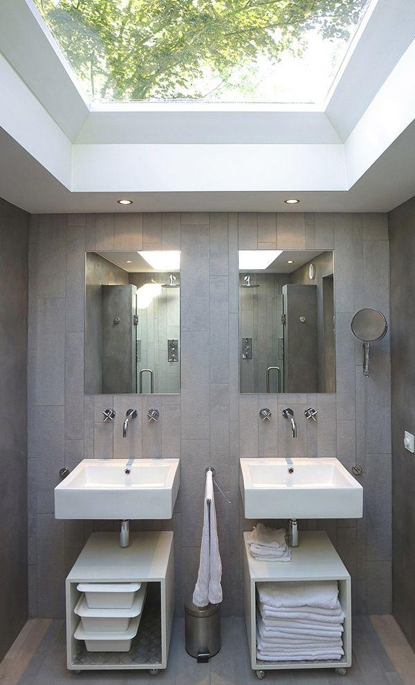 Baño con luz natural de un ventana de cubierta plana.