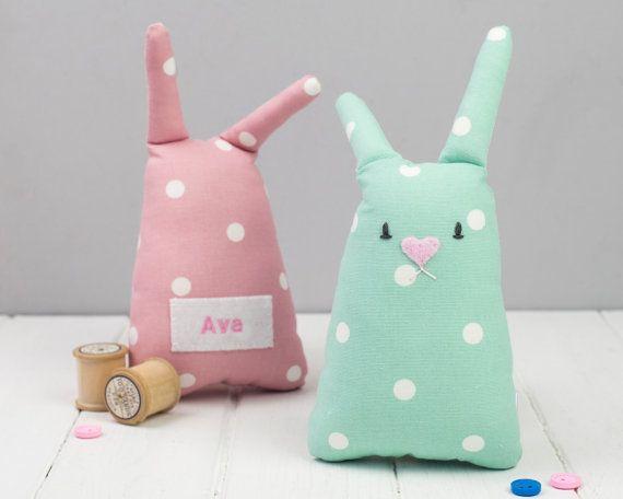 Ces jouets de lapin populaires de bébé sont si doux et faire parfait cadeaux personnalisés pour bébé nouveau !  Disponible dans un choix de deux couleurs, vous pouvez personnaliser votre lapin avec un nom, qui est brodé sur le dos.  Ces lapins sont faciles à tenir pour les bébés, et tellement de touts-petits aiment à grignoter sur leurs oreilles ! Votre lapin va donner un petit cri pressés, trop, ce qui est tellement amusant pour les bébés.  Les matériaux sont tous sûrs et sont marquage pour…