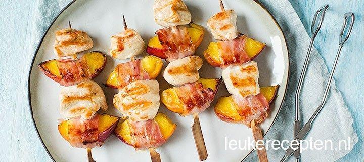 De perzik combineert lekker met de zoute spek en de kip op deze barbecue spies