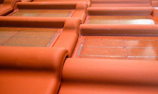 Lancering rode dakpan met rode zonnecel