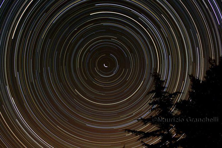 Il concetto di stelle circompolari è difficile da far acquisire agli studenti. Immagini come queste, scattate con tempi di esposizione molto lunghi, aiutano alla comprensione dei moti apparenti delle stelle. Come particolare, il non perfetto centro dei tracciati è indice del fatto che la stella polare non risiede perfettamente sul prolungamento dell'asse di rotazione terrestre. Leonardo Grieco