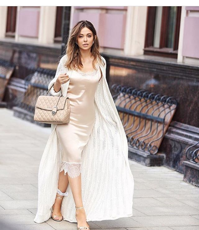 Модный блоггер и стилист Яна Фисти @yanafisti в нашем платье-комбинации из бежевого шёлка. Берём на заметку луки,которые демонстрирует Яна, они идеальны P.S. Бежевые платья распроданы  #стильфисти #fististyle #платьекомбинация
