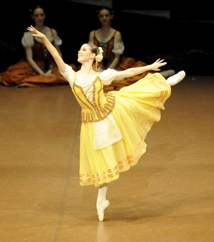 Giselle. Ch after jean Coralli Jules Perrot Marius Petipa Production Reid Anderson Valentina Savina Elise Badenes Photograph : Stuttgart Ballet