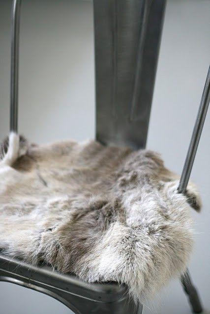 Een prachtig industriële tolix stoel, met zacht vachtje voor warmte! www.gewoonstijl.nl