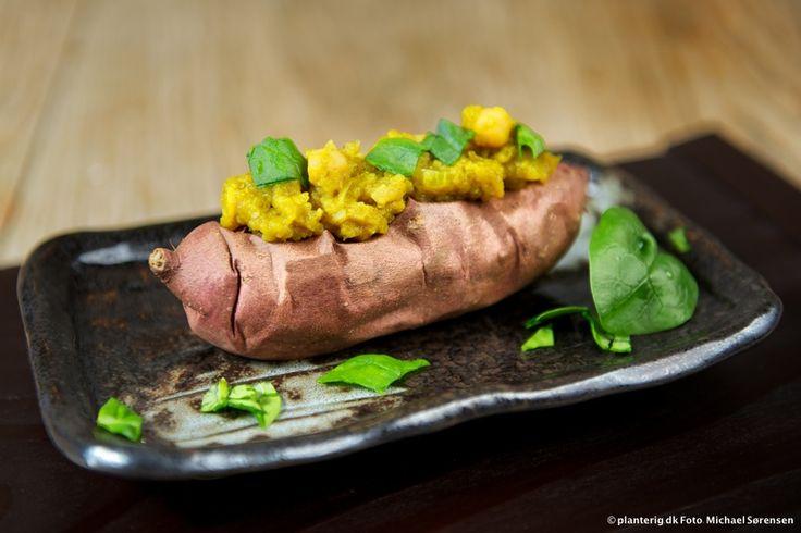Bagt sød kartoffel med Baingan Bharta. Sød, krydret, lækker! #opskrift #planterig