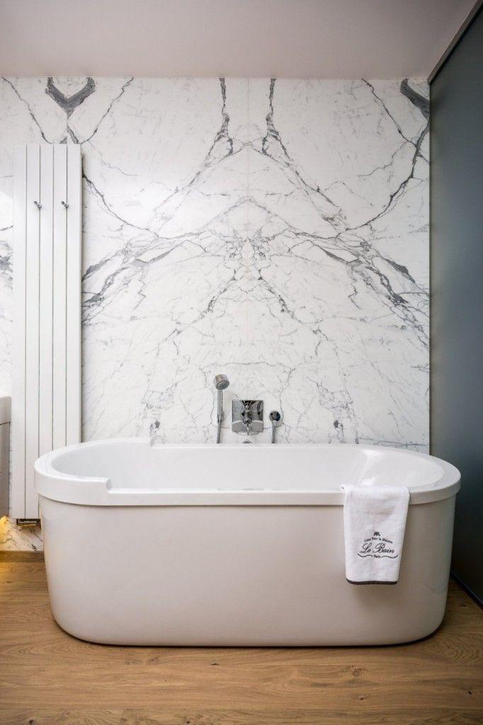 Apartment Warsaw centre luxurious white spacious timeless bath