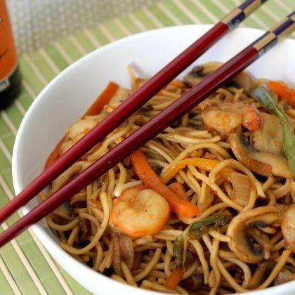 wok de fideos chinos con gambas Chow mein Noodles