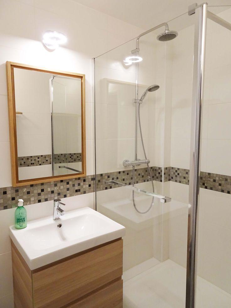 © Sandrine Carré - Décoratrice www.sandrinecarre.com Salle d'eau, douche, douche à l'italienne, bac à douche extra-plat, meuble vasque, chêne, bois clair, miroir, éclairge LED, éclairage salle de bains, salle de bains, paroi douche, frise, mosaïque, carrelage blanc, carrelage mat, carrelage 30x60