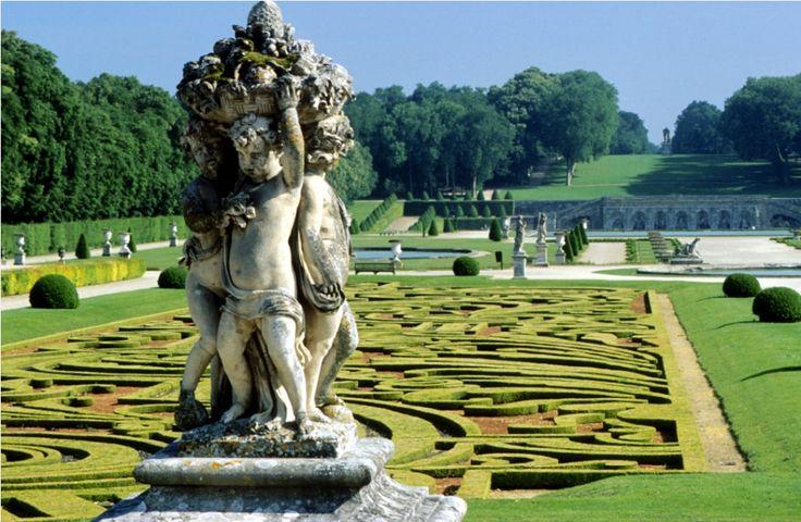 Le château de Vaux le Vicomte est l'oeuvre de Nicolas Fouquet, surintendant des finances de Louis XIV. Oeuvre fondatrice du jardin à la française, il est est un modèle d'harmonie entre architecture et paysage.