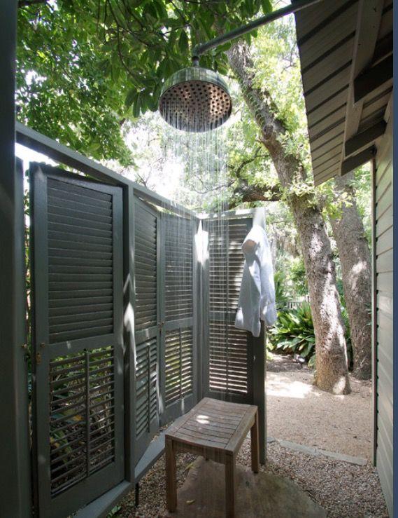 Vecchie persiane per creare una doccia esterna