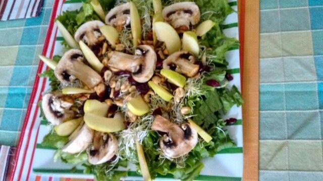 Ensalada de champiñones, germen de alfalfa, manzana, lechuga, cacahuates y arandanos.