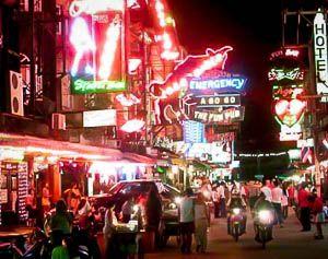 Waar draai het om in Pattaya? Het strandleven? De prachtige cultuur? Nee, in Pattaya draait alles om het uitgaansgebied op en rond Walking Street.