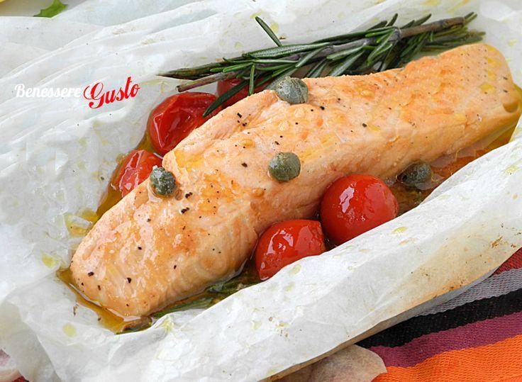 Salmone al cartoccio ricetta secondo piatto facile e veloce. Tranci di salmone morbidi ed insaporiti con olio, pomodorini, ed aromi.