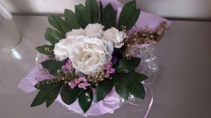 Centro tavola con fiori finti e fiori di campo essiccati. Come riutilizzare ciò che si ha in casa e non si usa più!
