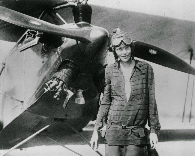 Η Amelia Earhart, η πρώτη γυναίκα αεροπόρος που πέταξε πάνω από τον Ατλαντικό Ωκεανό. (1928)