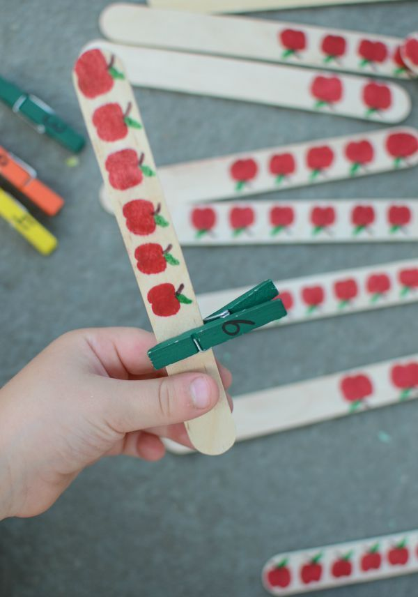 Number practice busy bag! Apple activity great for number recognition for preschooler and kindergartners!