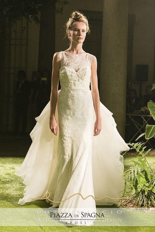 Abiti da sposa con #corpetti in #pizzo lasciano emergere tutta la creatività di Enzo Miccio come fashion designer.