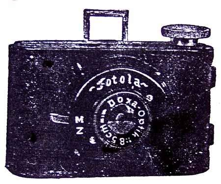 FOTOLA Je celokovový, maloformátový přístroj na svitkový film formátu 30x36mm. Objektiv je meniskový Doxa f 1:8,5 ve výsuvném tubusu a s pevným zaostřením a pevnou clonou., s pérovou závěrkou, pro čas a moment. Hledáček rámečkový. Rozměry: 85x55x45mm. Výroba E.B. v Rumburku od roku 1937.