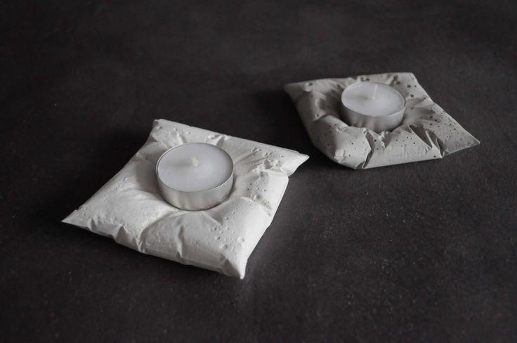 Svícen - bílý polštářek Netradiční polštářkové svícny pro čajové svíčky. Jsou vhodné do interiéru i exteriéru. Reprezentují industriální styl. Jsou kombinací něžnosti se surovostí materiálu. Tato bizardní kombinace vytváří výjimečný produkt.