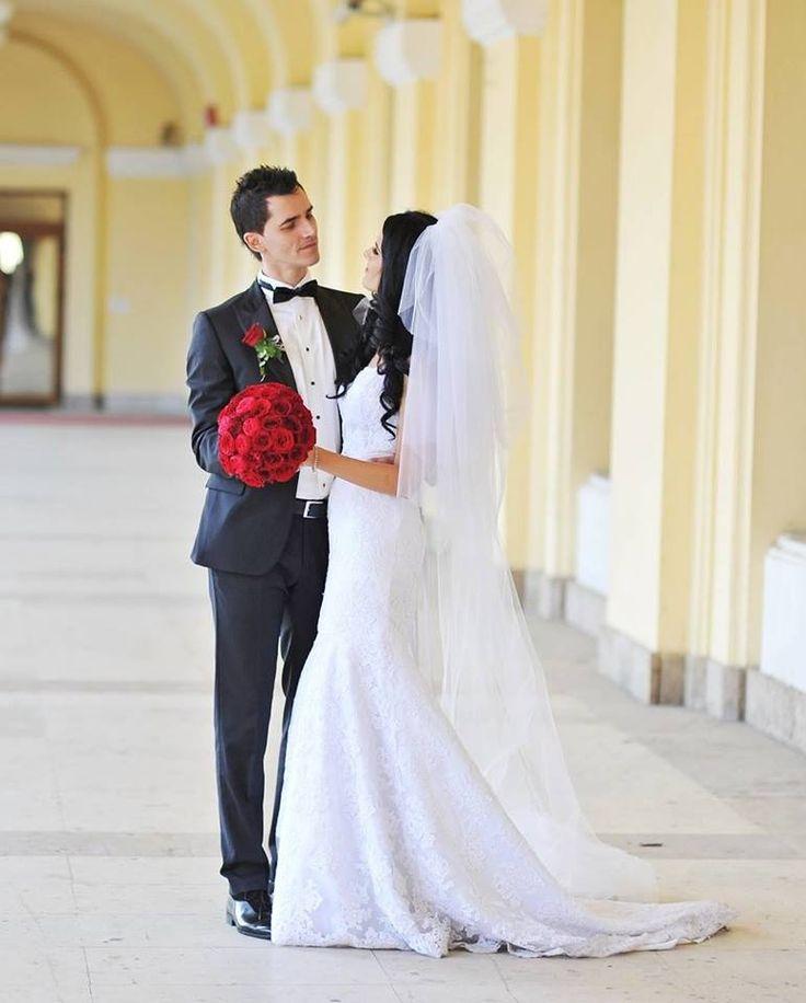 Monica, o mireasa superba, care a ales sa poarte in ziua nuntii sale o rochie de mireasa in stil sirena, croita in intregime dintr-o dantela cu broderii foarte fine si un cordon cu insertii de margele. www.evrikabrides.ro