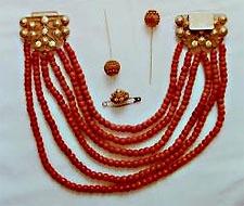 Sieraden behorend bij de protestantse dracht van Zuid-Beveland. Bloedkoralen snoer met gouden slot, kroonspelden en speld (Beeldbank Zeeland; foto: W. Helm, 1979)