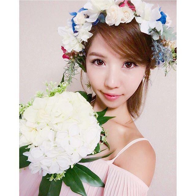 【mermaid_wedding】さんのInstagramをピンしています。 《💐 離島での後撮りのイメージ🙈❣️ 式後、髪を30cm以上切ったので 後撮りは してみたかった ショートヘアに はみ出る位の花冠🌷😍 海辺に緑のナチュラルな感じの花束と 花冠にも木の実や緑を🐿🌳🍁 実はこの花冠は、二次会の THE GARDENで使おうと思ってたんですが ロングヘアとつけるとかなりのボリュームで😂 却下になってたので、後撮りで📷❣️ 時期的に 夕日に紅葉のシルエットも合いそう💕 潜るのが一番のメインですが🙈💓笑 今後、花冠やヘアアクセのレンタルshopも openする予定です(*•̀ᴗ•́*)و ̑̑🌷 やりたい事があり過ぎて楽しみたくさん💓 #後撮り#イメージ#ナチュラル#緑#海#自然#沖縄#離島 #座間味#大好きな場所#秋#撮影#花冠#ガーデン#ブーケ #卒花嫁#福岡花嫁#紅葉#イメージ#楽しみ#ヘアアクセ #GARDEN#island#photo#BRIDE#flower#wedding》