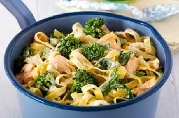 Broccoli and salmon tagliatelle - met wat look en pijnboompitten en zalm krokant gebakken in de pan