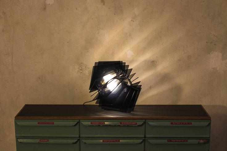Die L16 Lampen Serie besteht aus Acrylglas und verleiht dadurch der Lampe ihren individuellen Charme. Durch die verschiedenen Färbungen und Durchlässigkeiten des Acrylglas entsteht eine besonders angenehme und individuelle Beleuchtung.  Schlichte Lampe, Klassisch modern, schwarze Esszimmer Leuchte, Hängelampe, stylische Einrichtung, moderner Kronleuchter, moderne Beleuchtung von UnikatUndKleinserie auf Etsy