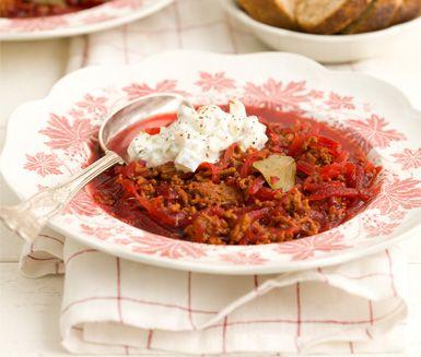 Ett matigt recept på en färgstark rysk soppa med bland annat rödbetor och nötfärs! Rödbetssoppan värmer härligt kyliga kvällar och blir extra god om du serverar med en bit färskt bröd och krämig gurksmetana.