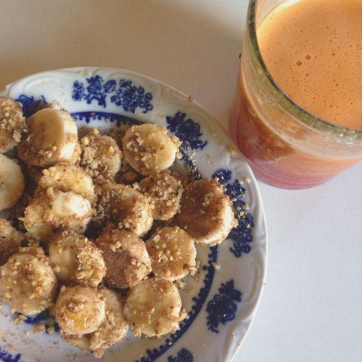 Mic dejun: banana presarata cu seminte de in macinate, seminte de canepa, praf de migdale, nuci pisate, miere si fresh de portocala, morcov, mar, ghimbir
